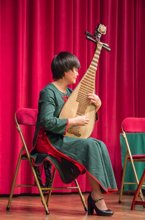 Madame WU Bing joue du pipa